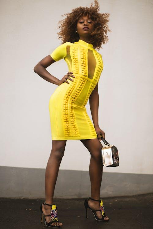 Fotos de stock gratuitas de actitud, al aire libre, amarillo, belleza