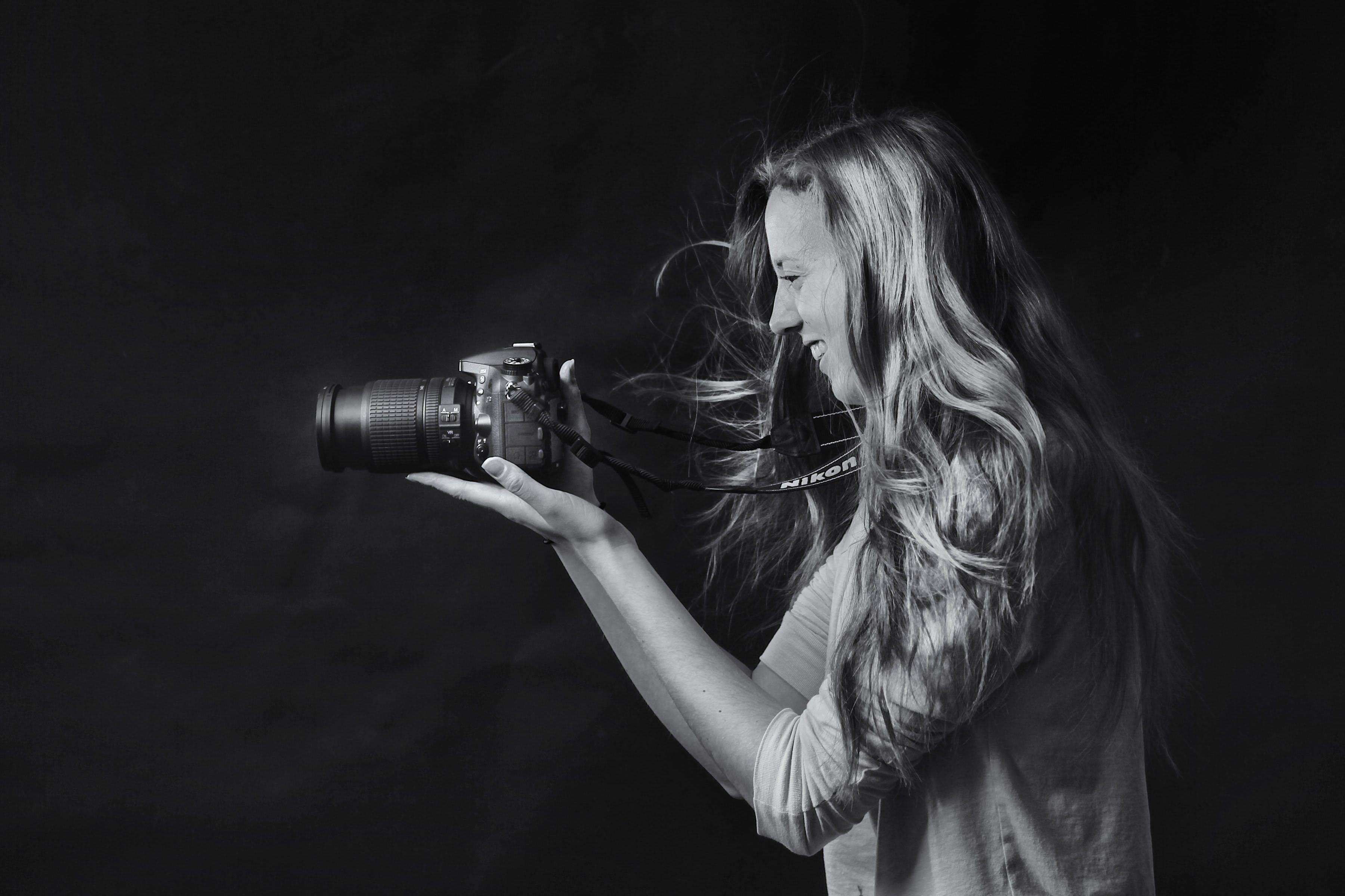 Gratis lagerfoto af DSLR, fotograf, fritid, gråtoneskala