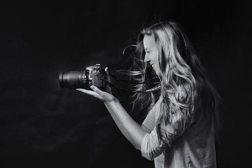 Foto En Escala De Grises De Una Mujer Con Cámara Réflex Digital