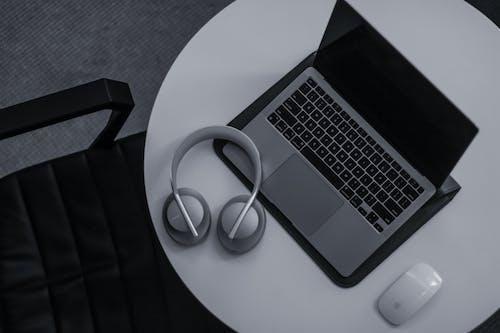dizüstü bilgisayar, elektronik aletler, gri tonlama içeren Ücretsiz stok fotoğraf