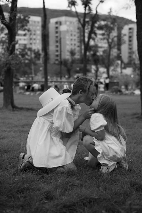 Fotobanka sbezplatnými fotkami na tému bočný pohľad, bozkávanie, byť spolu