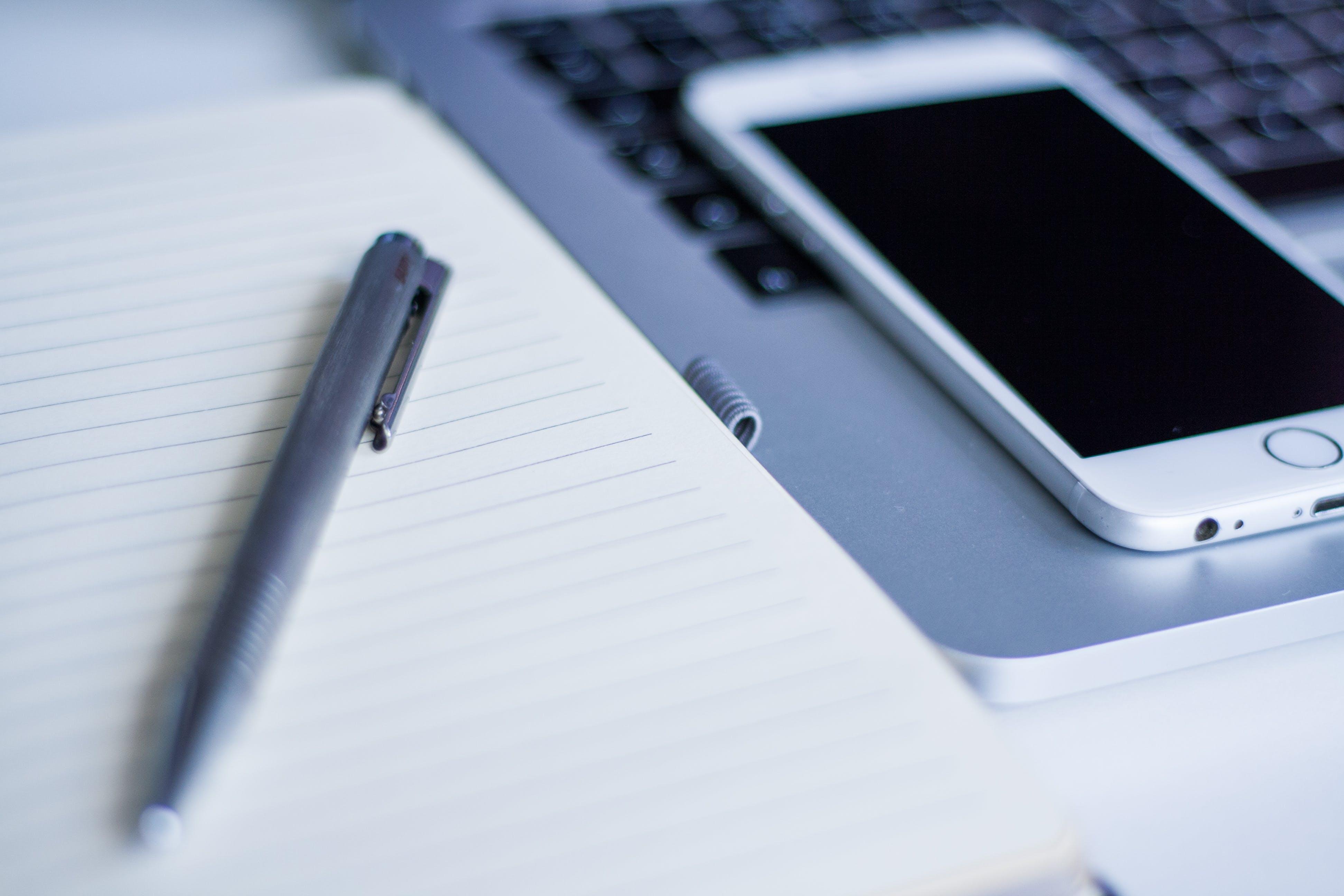 Kostenloses Stock Foto zu apfel, handy, iphone, laptop