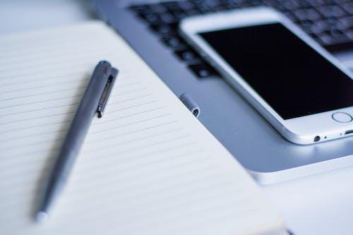 Kostnadsfri bild av anteckningsbok, äpple, bärbar dator, iphone
