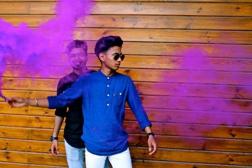 남자, 레크리에이션, 목조 벽, 보라색의 무료 스톡 사진