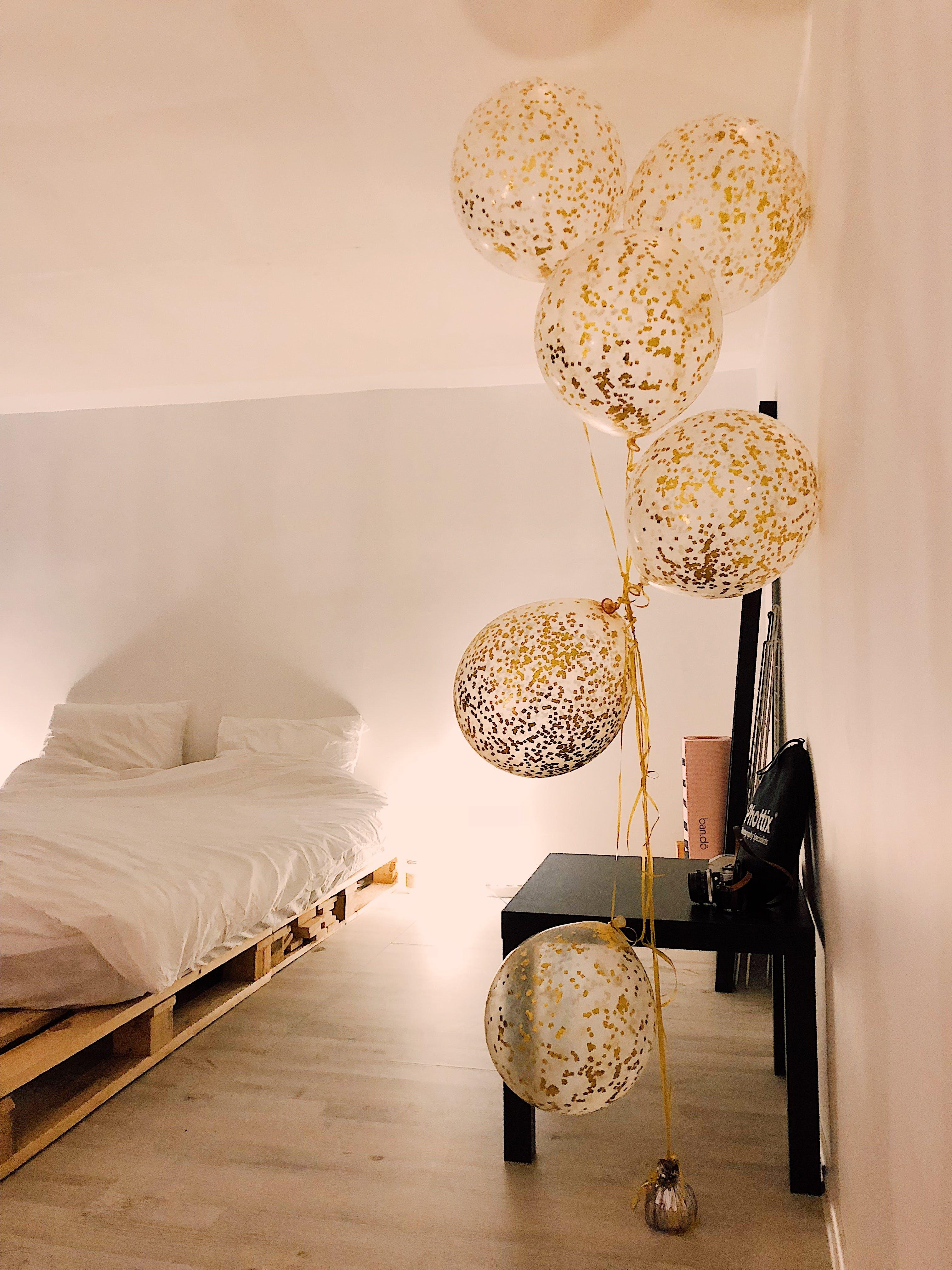 Photos gratuites de à l'intérieur, ballons, bois, chambre