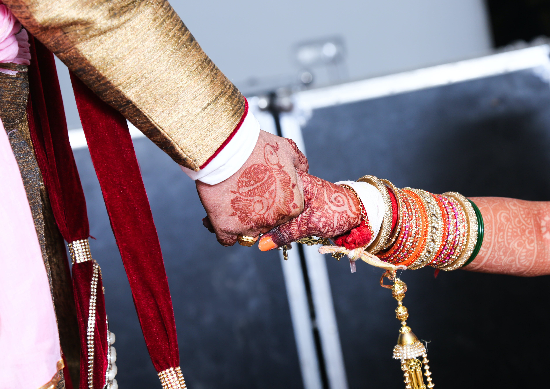 Δωρεάν στοκ φωτογραφιών με αγάπη, κράτημα χεριών, Νύφη και γαμπρός, τα χέρια είναι μαζί