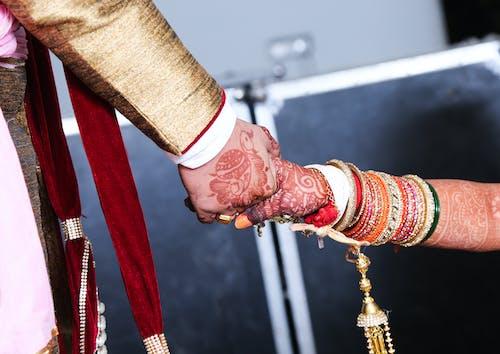 Безкоштовне стокове фото на тему «любов, Наречений і наречена, Рука, рука разом»