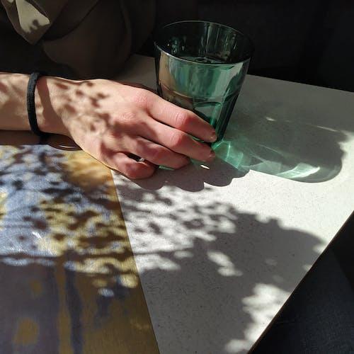 Immagine gratuita di bicchiere, illuminata dal sole, luce del giorno