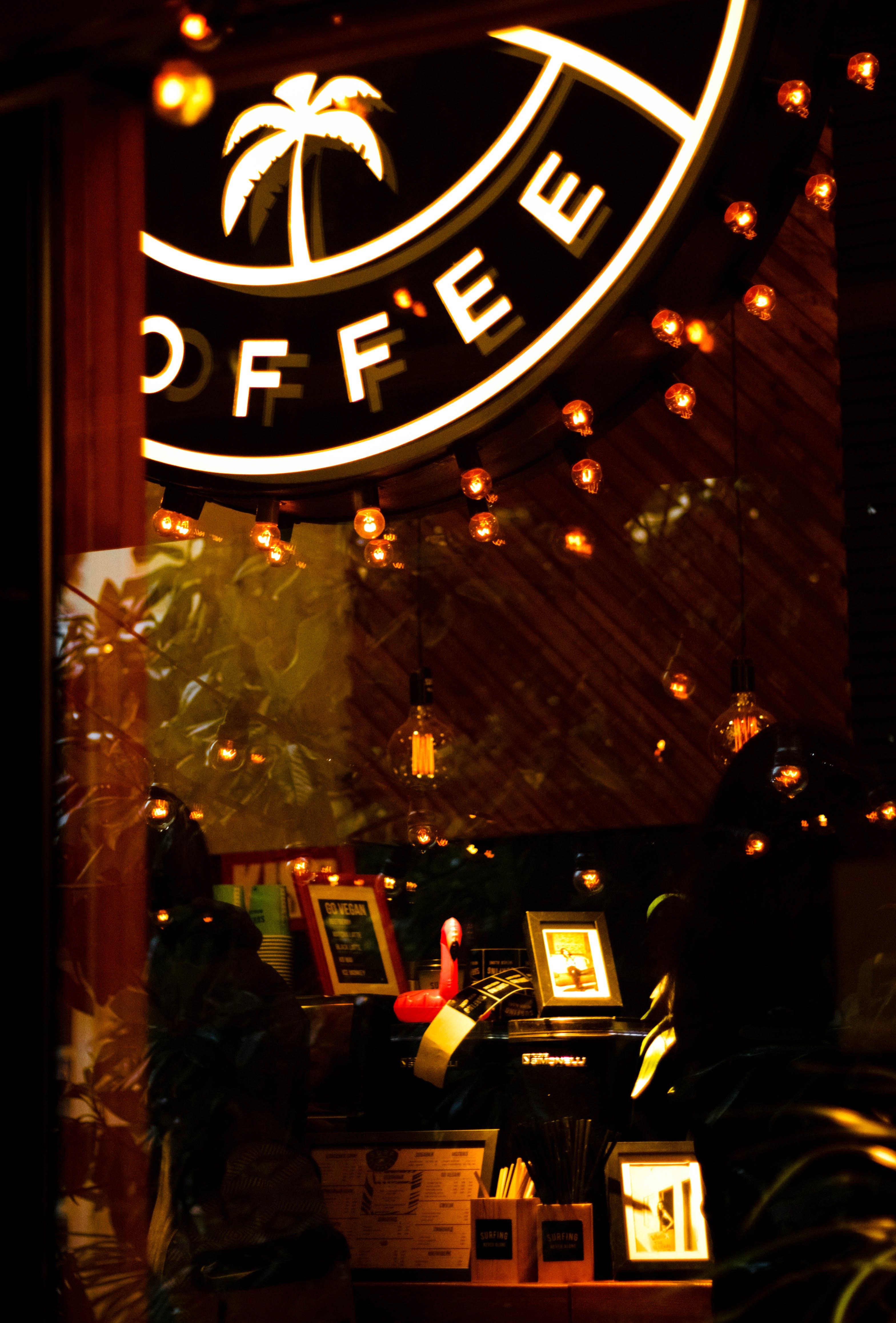 Kostenloses Stock Foto zu abend, bar, beleuchtet, beleuchtung