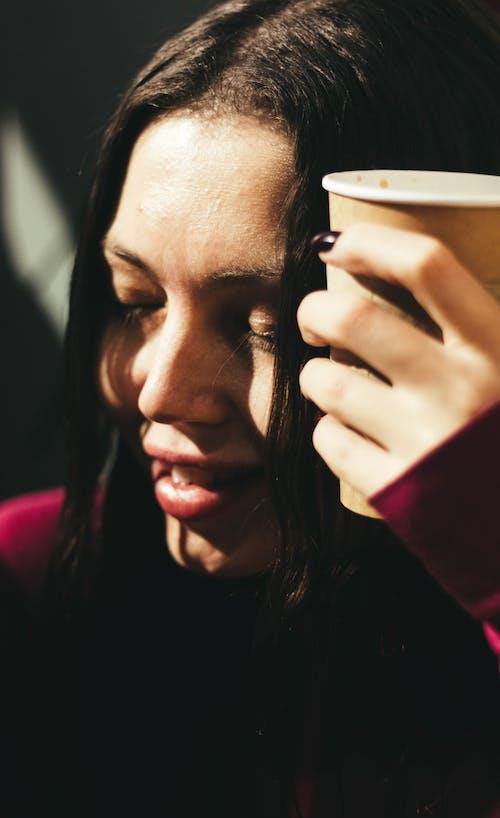 Immagine gratuita di caffè, donna, espressione facciale, giovane donna