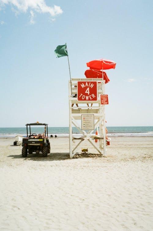 Un Buggy Da Spiaggia E Una Torretta Del Bagnino Sulla Spiaggia