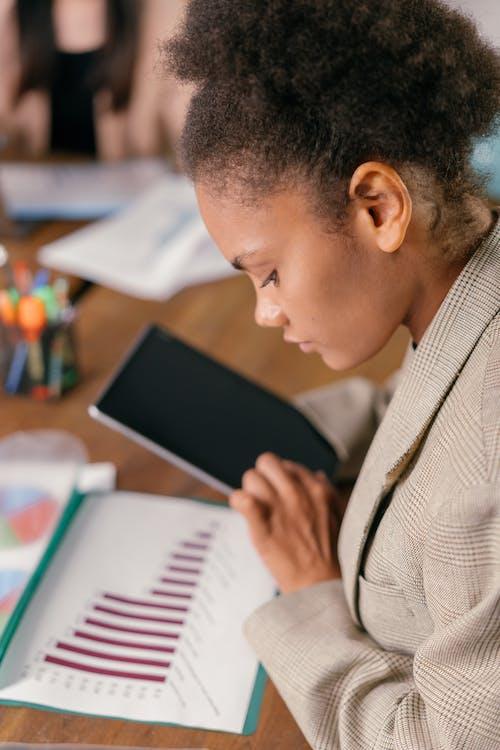 Základová fotografie zdarma na téma administrativní pracovník, afroameričanka, analytik