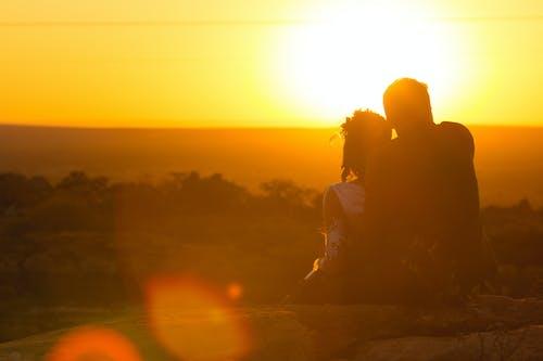 Kostenloses Stock Foto zu abendsonne, hochzeitsfotografie, paar umarmt