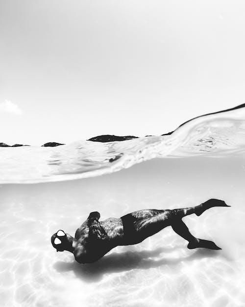 Een Duiker Die Onder Water Zwemt