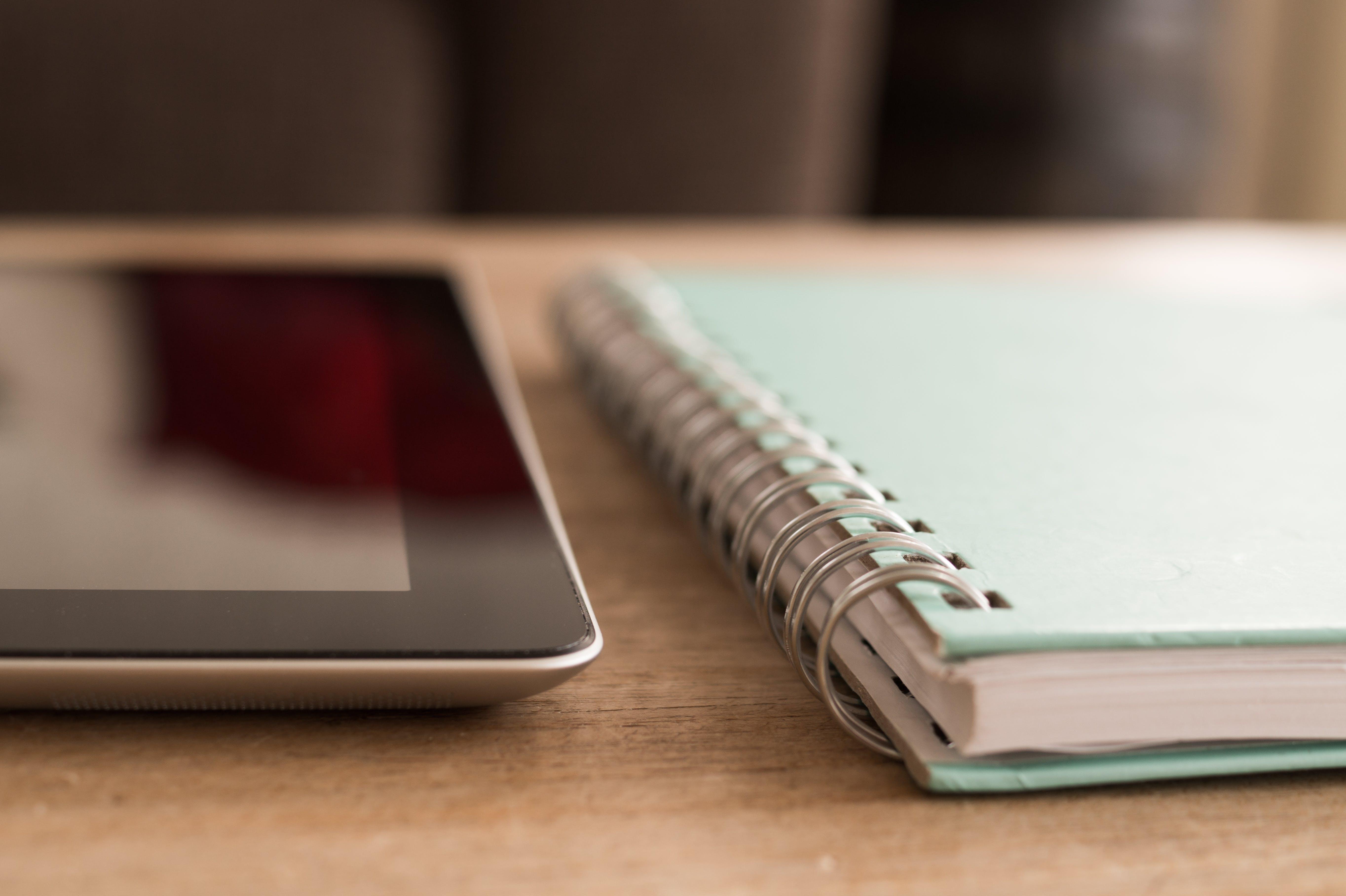 Foto stok gratis biro, buku agenda, buku notes, ipad