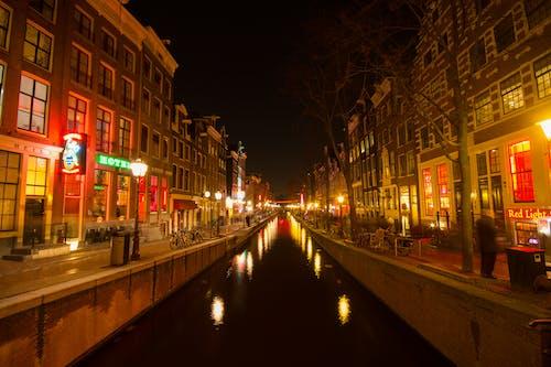 Základová fotografie zdarma na téma Amsterdam, čtvrť červených luceren, kanál, noc