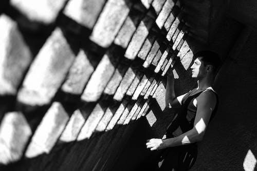 Darmowe zdjęcie z galerii z ciemny, cień, czarno-biały, dorosły