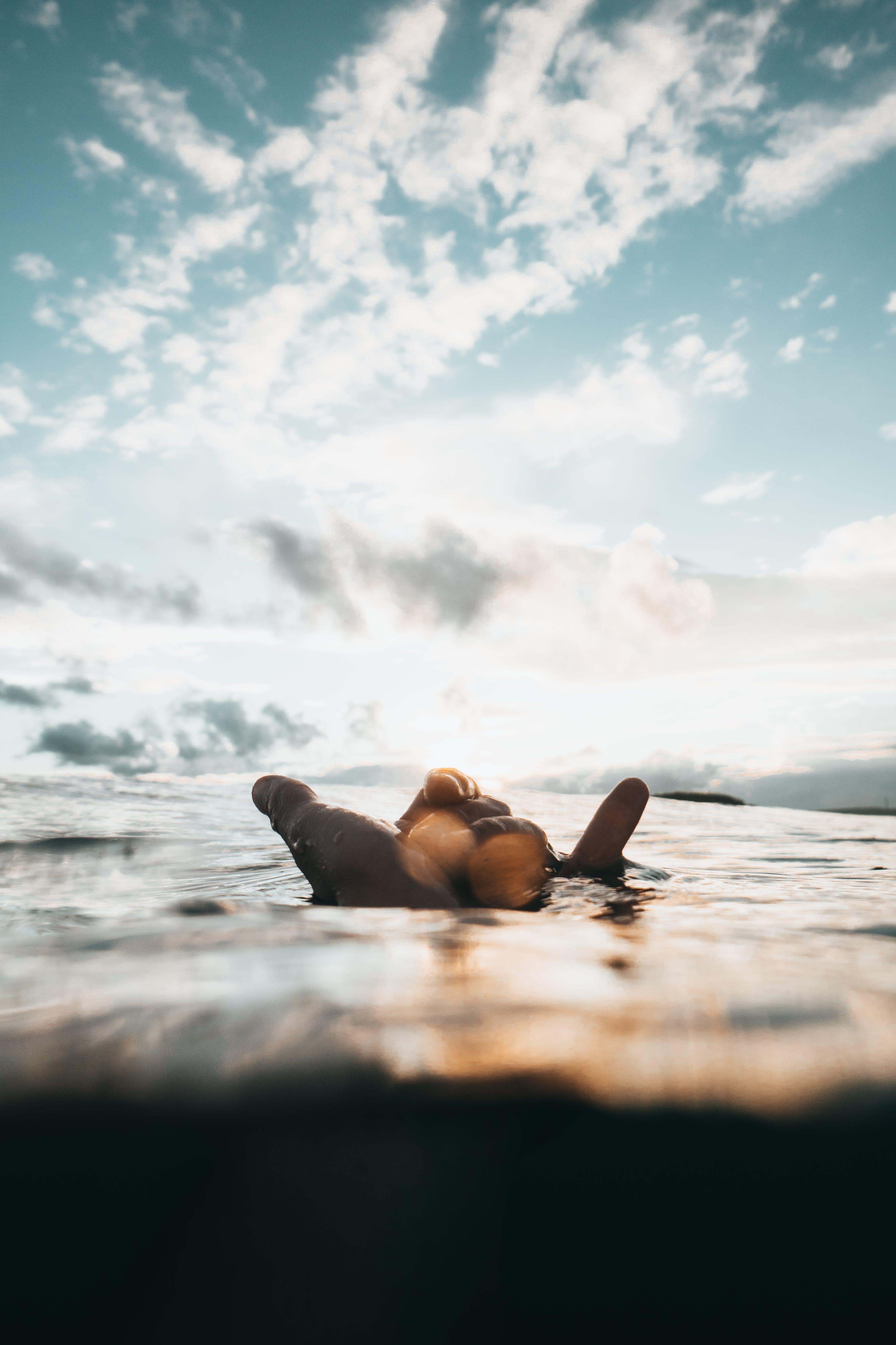 Immagine gratuita di acqua, colori, luce del giorno, mano