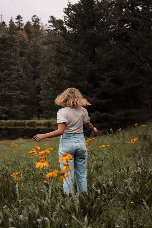 금발, 꽃, 뒷모습의 무료 스톡 사진
