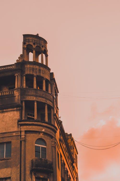 Foto profissional grátis de arquitetura, céu, colunas, construção