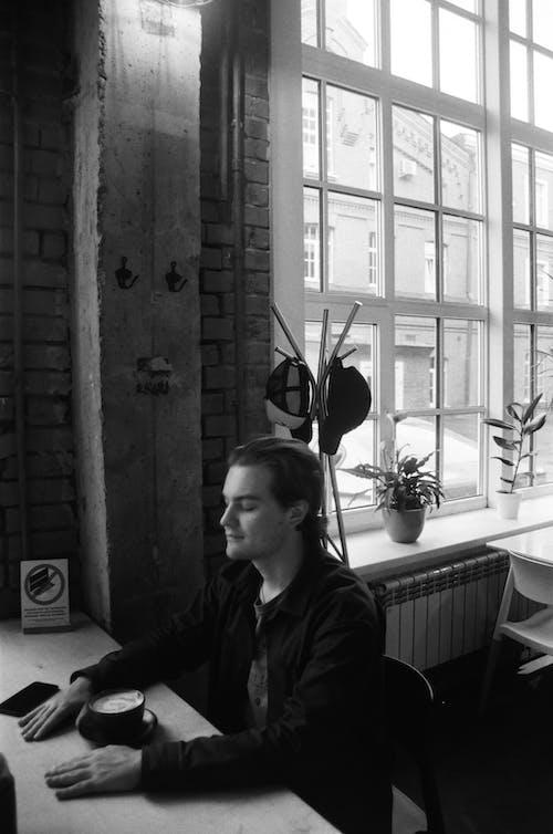 人, 咖啡廳, 單色 的 免費圖庫相片