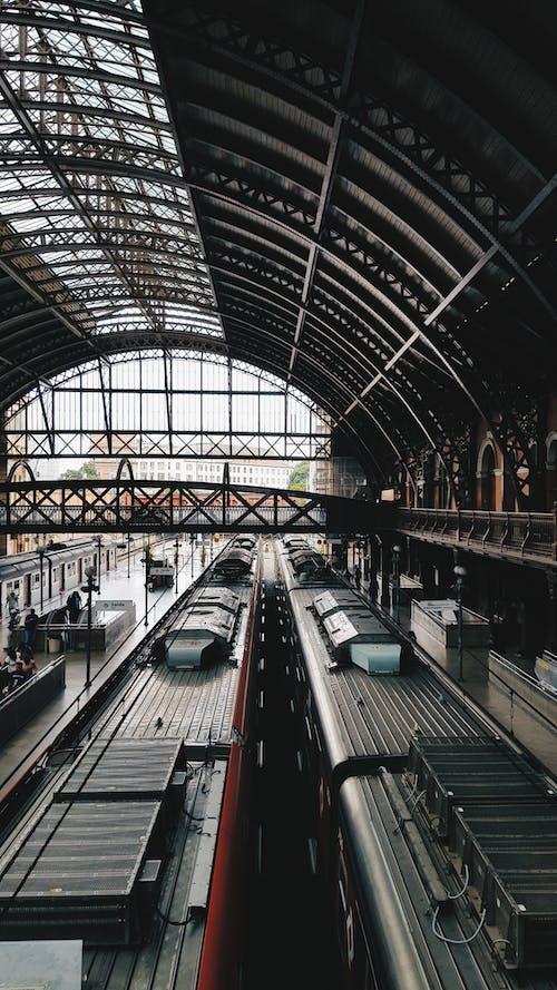Безкоштовне стокове фото на тему «архітектура, Будівля, всередині, Громадський транспорт»