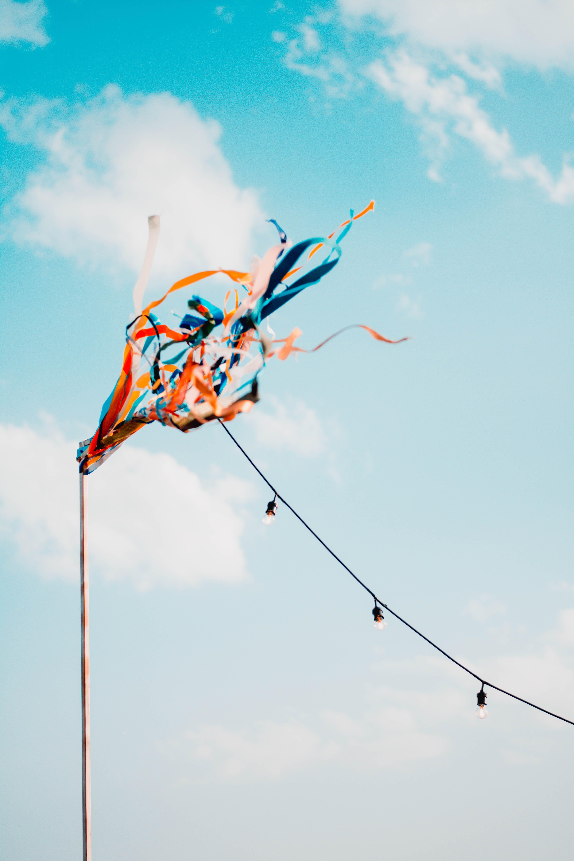Kostenloses Stock Foto zu aufnahme von unten, beleuchtung, bewölkter himmel, blauer himmel