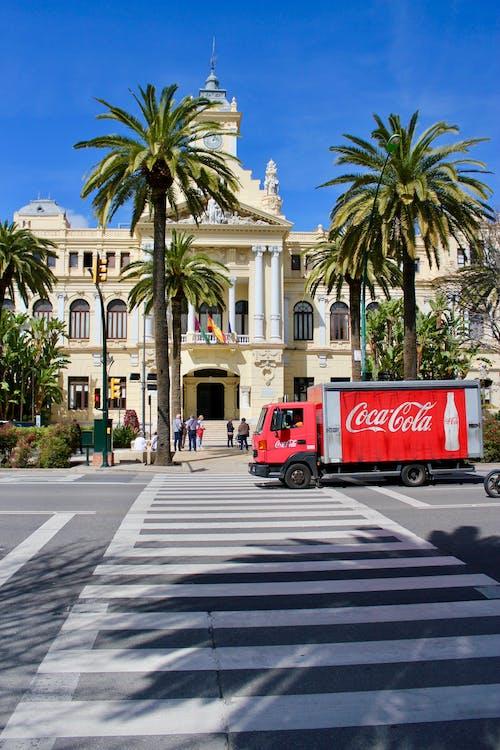 Kostenloses Stock Foto zu # málaga #red #palms # verkehr