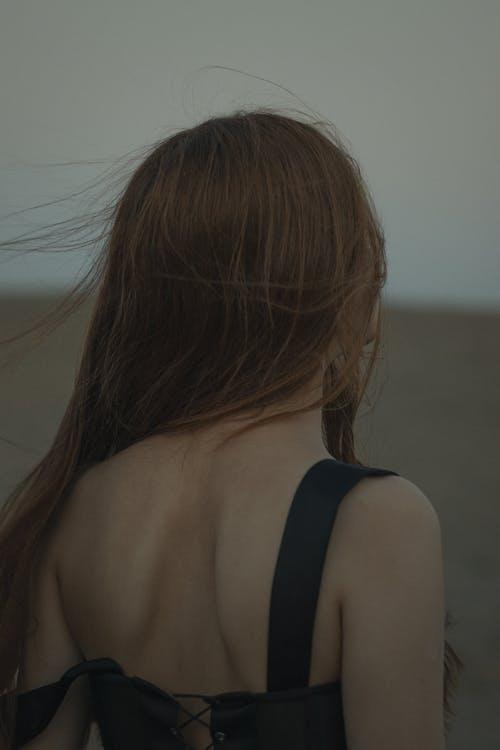 Základová fotografie zdarma na téma brunetka, pohled zezadu, vertikální záběr