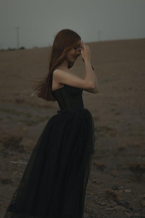 Základová fotografie zdarma na téma brunetka, černé šaty, móda
