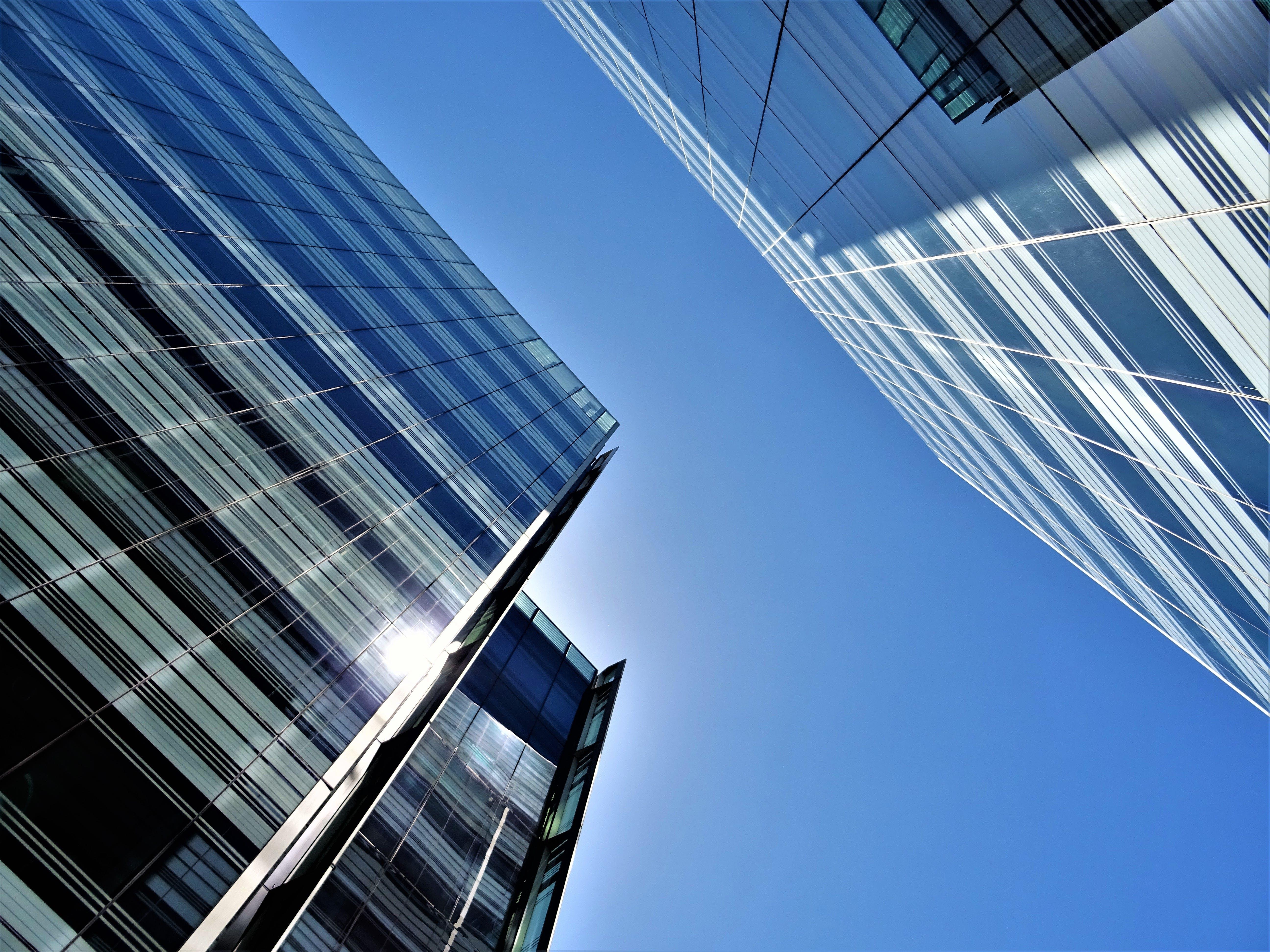 Gratis lagerfoto af arkitektur, blå himmel, bygninger, fotografering fra lav vinkel