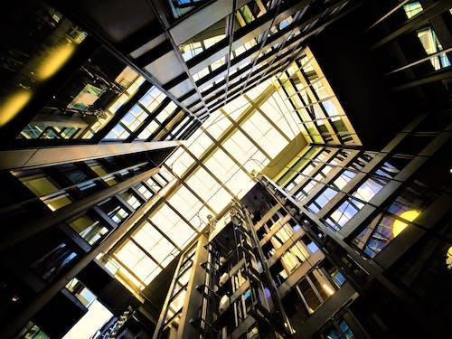 bardak, bina, cam eşyalar, cam pencereler içeren Ücretsiz stok fotoğraf