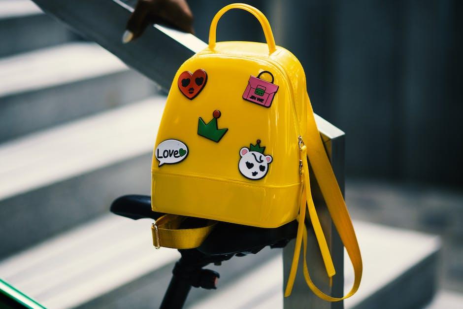 Berikan reward jika anak mau minum obat, misalnya stiker untuk ditempel di tas ini. (Foto: Pexels)