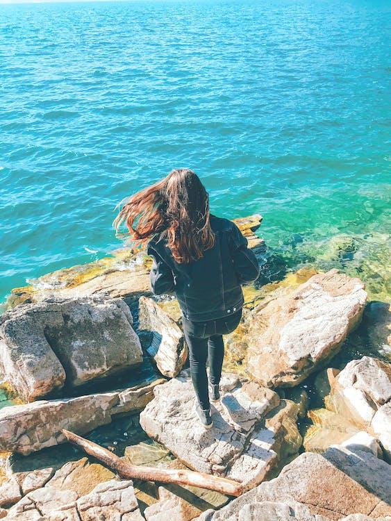 берег моря, брижі, брюнетка