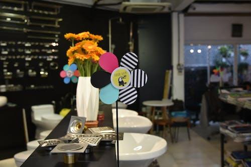 Foto d'estoc gratuïta de cadires, contemporani, disseny d'interiors, flors