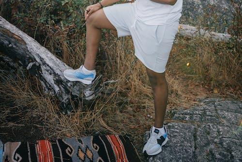 Foto profissional grátis de calçados, calção, grama