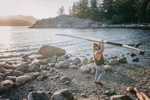 ada, adam, dalgalar içeren Ücretsiz stok fotoğraf