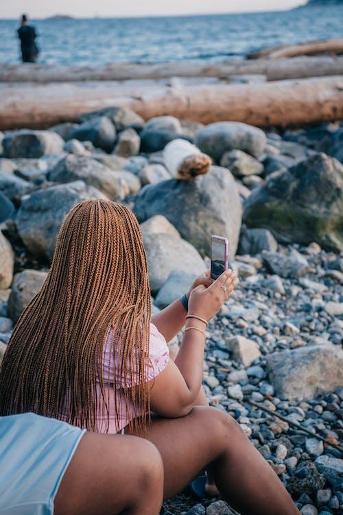 akıllı telefon, deniz, deniz kıyısı içeren Ücretsiz stok fotoğraf