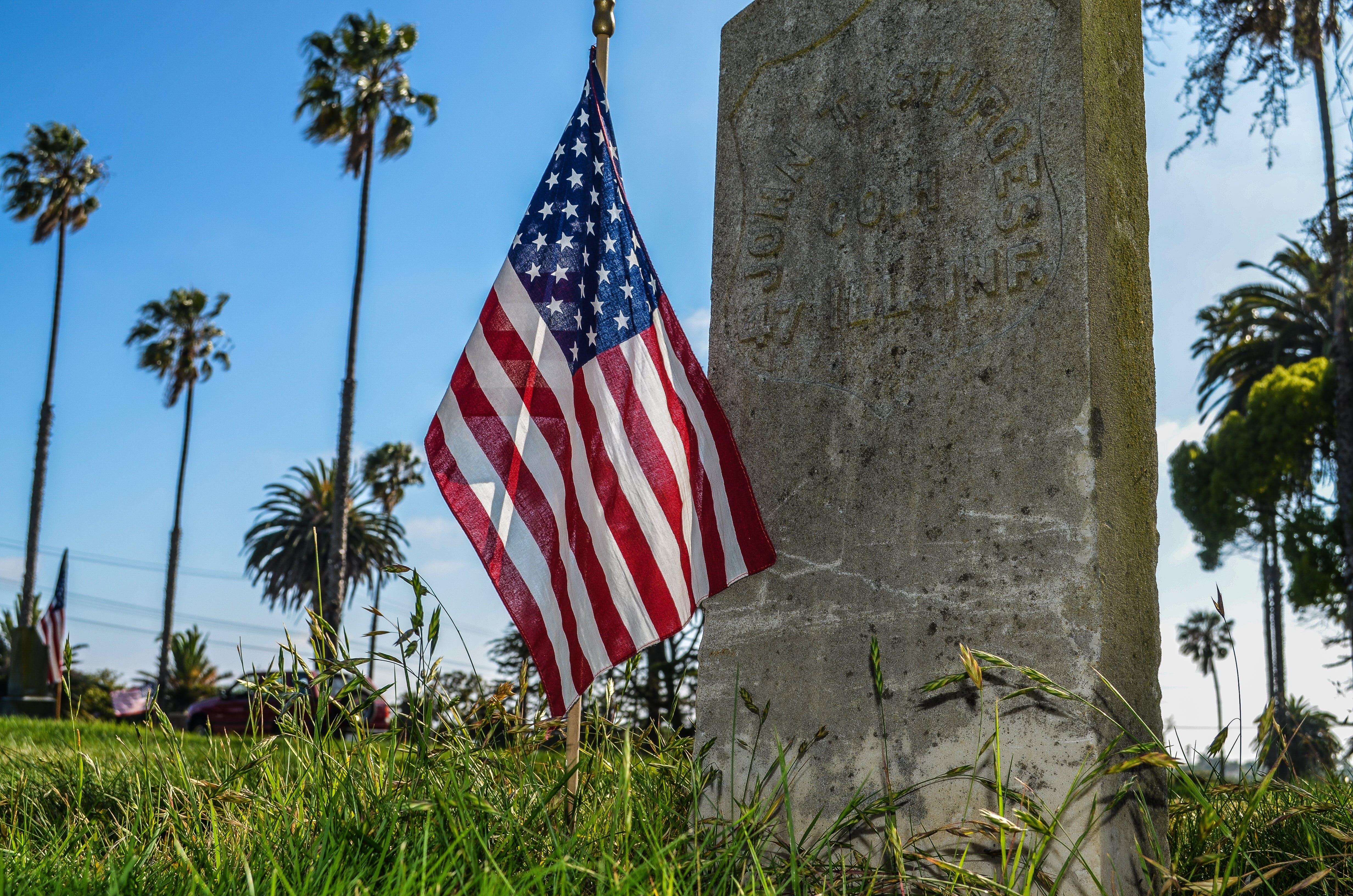 Gratis lagerfoto af Amerikansk flag, dagslys, grav, græs
