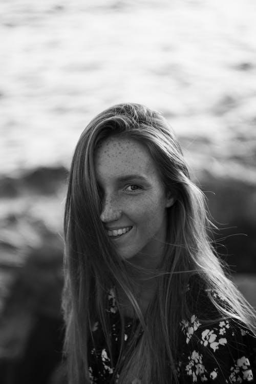 Základová fotografie zdarma na téma černobílý, den, dlouhé vlasy