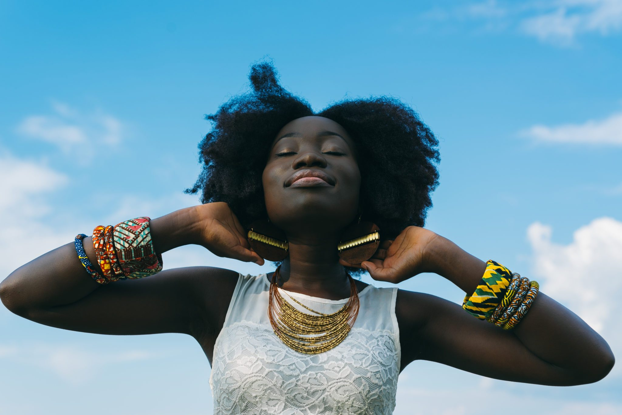Schwarze Frauenfotos Teenager nimmt einen dicken Schwanz