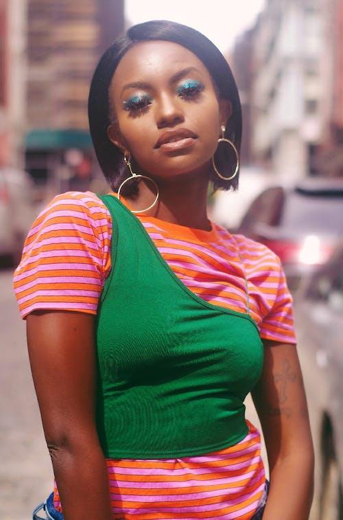 женщина в оранжево зеленой рубашке