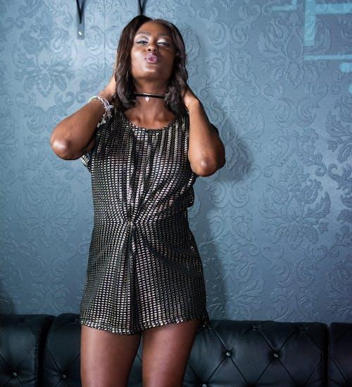 afrikalı-amerikalı kadın, aşındırmak, aşınmak, bayan içeren Ücretsiz stok fotoğraf