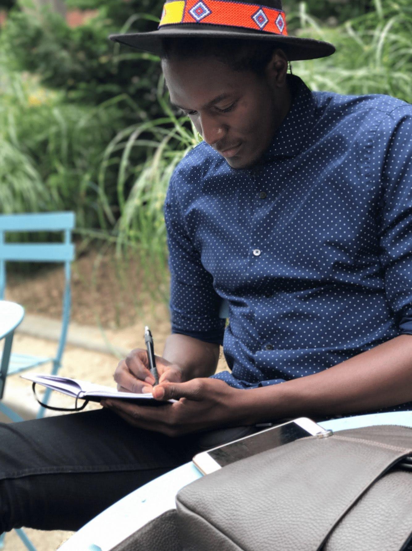 人, 坐, 寫作, 年輕 的 免费素材照片
