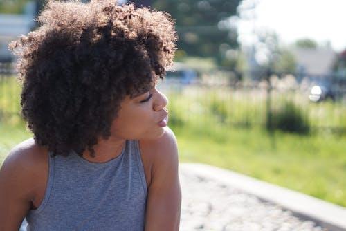 Afro, aşındırmak, bayan, bulanık arka plan içeren Ücretsiz stok fotoğraf