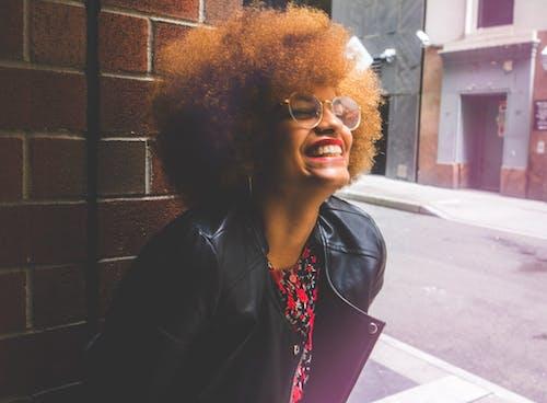Foto d'estoc gratuïta de afro, desgast, dia, dona