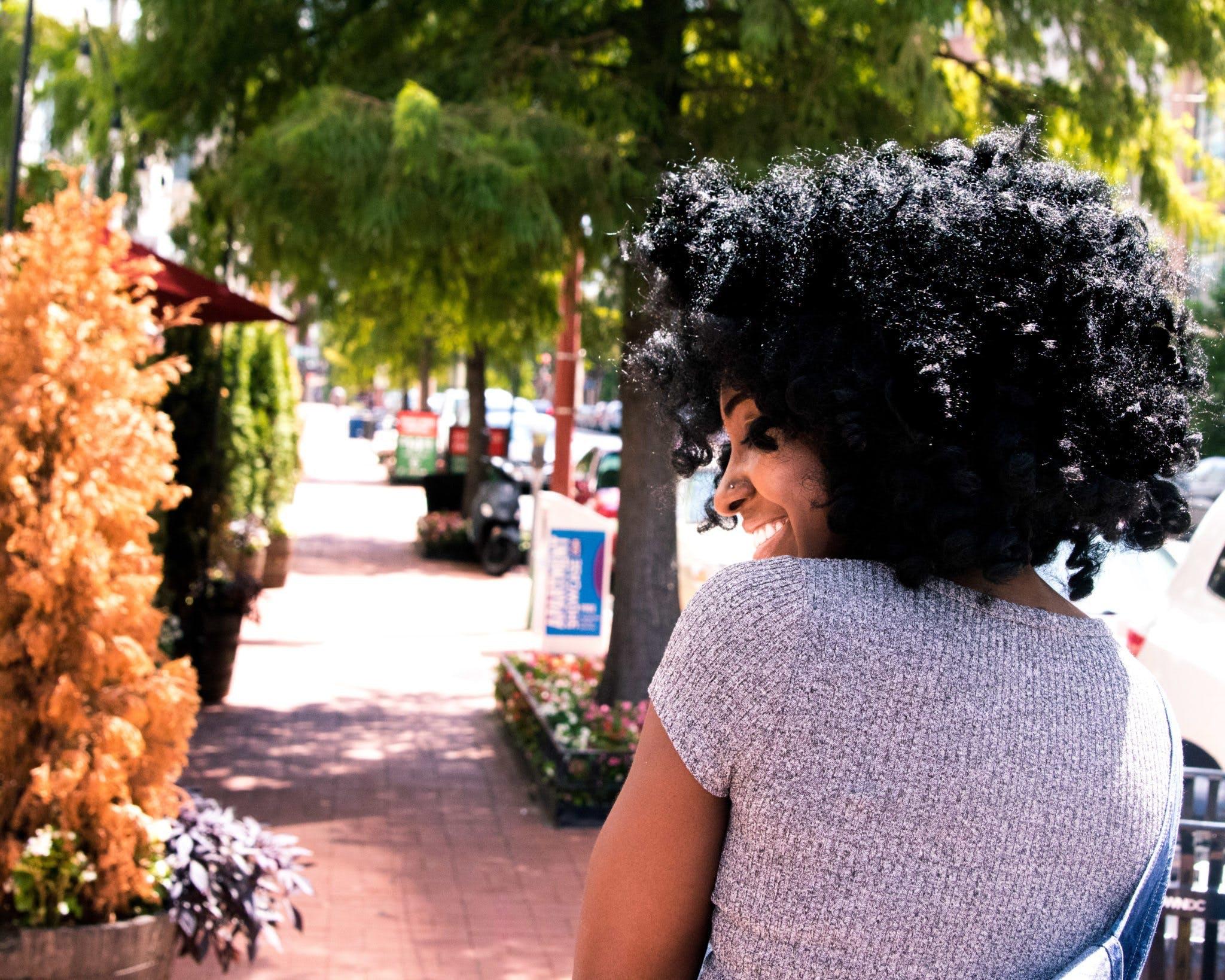Бесплатное стоковое фото с Афро, выражение лица, девочка, деревья