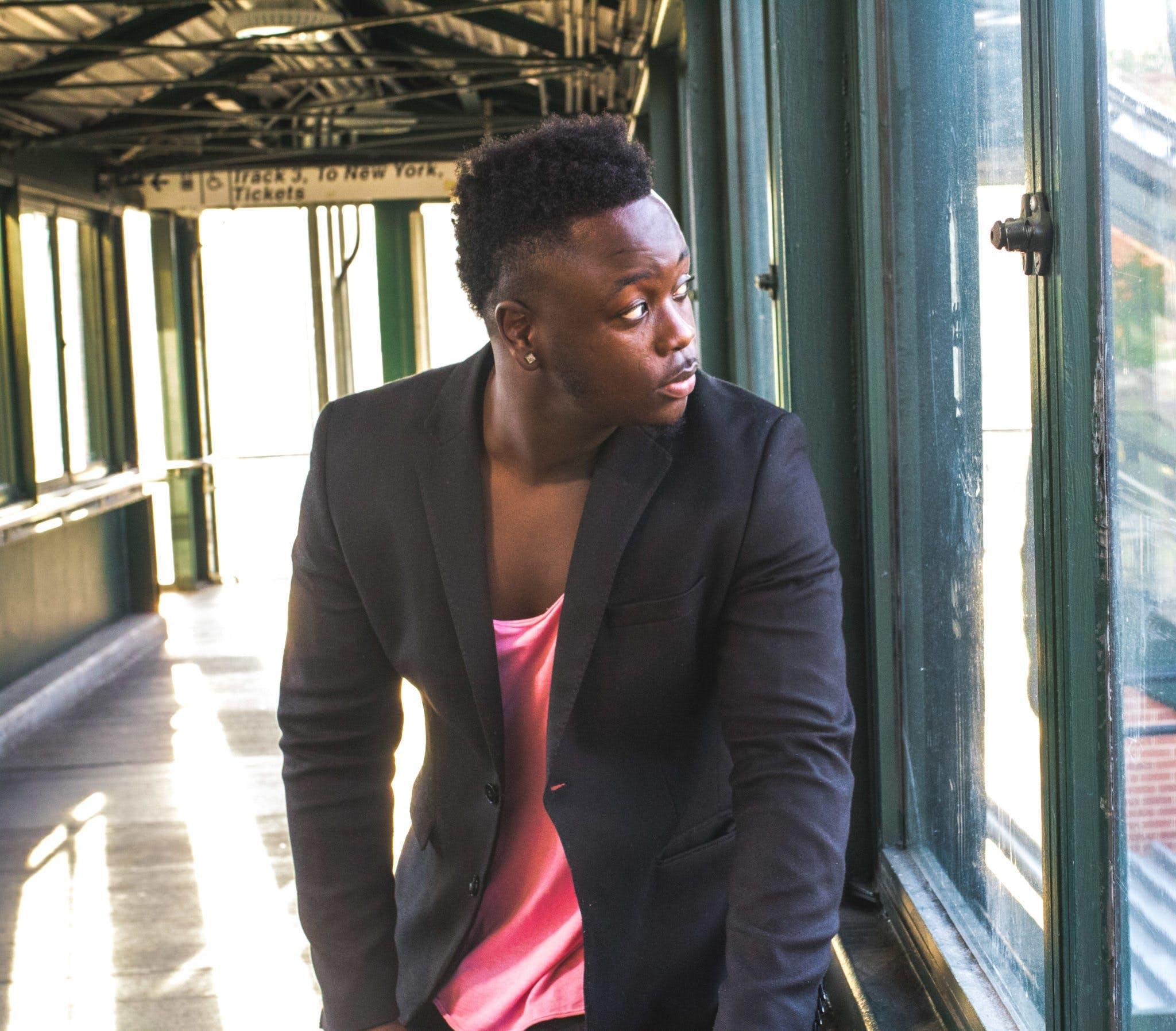 Kostenloses Stock Foto zu black male, drinnen, fashion, fenster