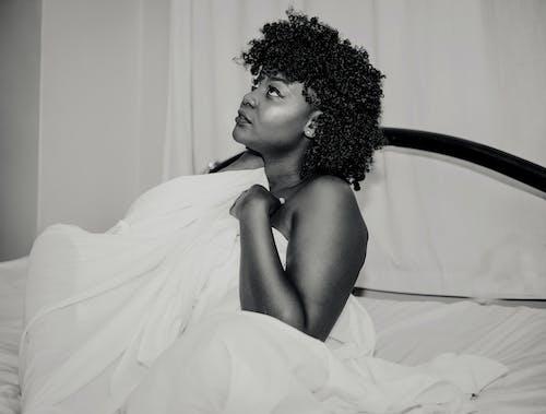 가구, 곱슬머리, 담요, 미니멀리즘의 무료 스톡 사진