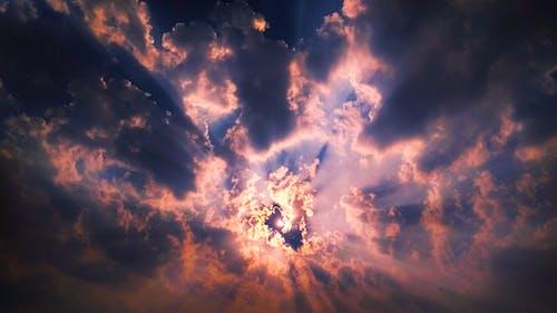 akşam Güneşi, altın rengi Güneş, bulut görünümü, bulut oluşumu içeren Ücretsiz stok fotoğraf